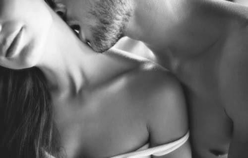 bisou-dans-le-cou-tete-penchee-noir-et-blanc-couple-tendresse-sensuel