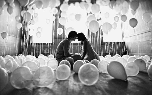balloon-balloons-black-and-white-couple-kiss