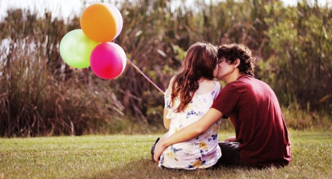 couple-on-the-grass-kiss-balloons-162231-960x623