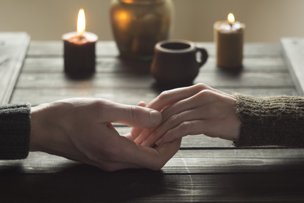 lovers-romantic-table-holding-hands_8119-765